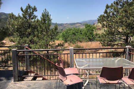 Mountain Home w/ Balcony views - 里昂(Lyons)
