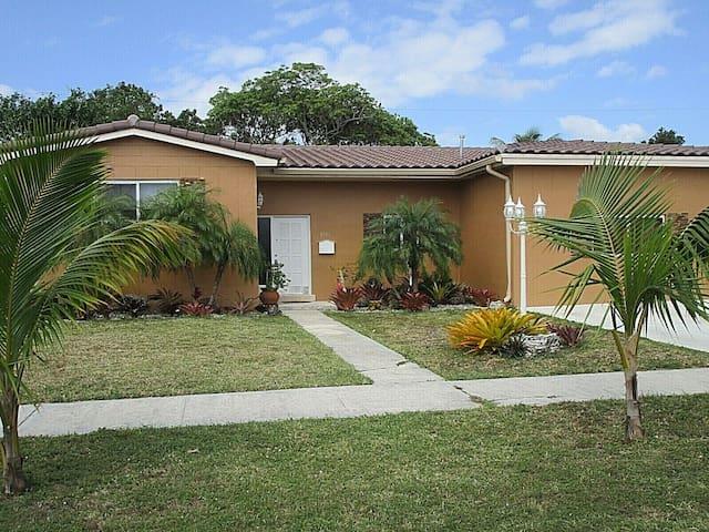 Casa Tropicoco ~ Safe Ideal Location ~ Sleeps 8