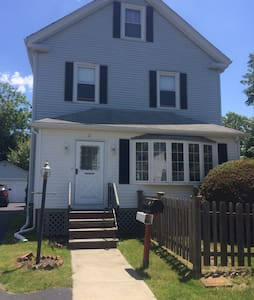 Immaculate 4 bed home w deck & yard - Newport - House