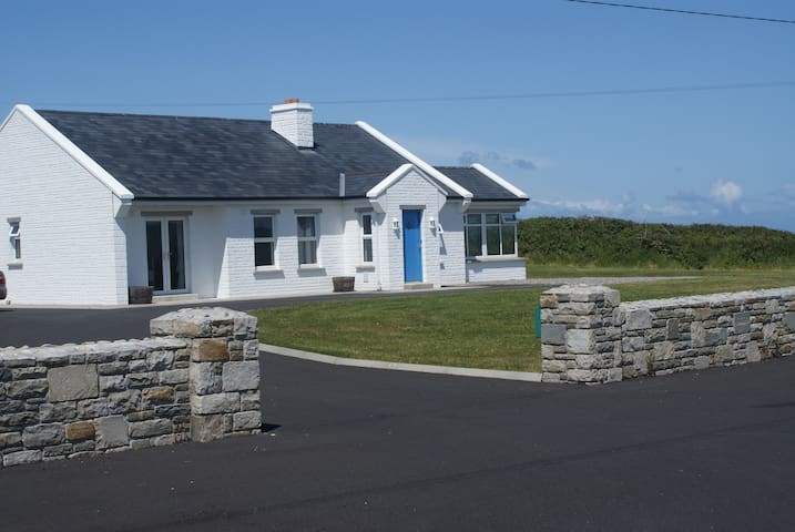 Wild Atlantic Way, Luyengo Cottage, by the sea