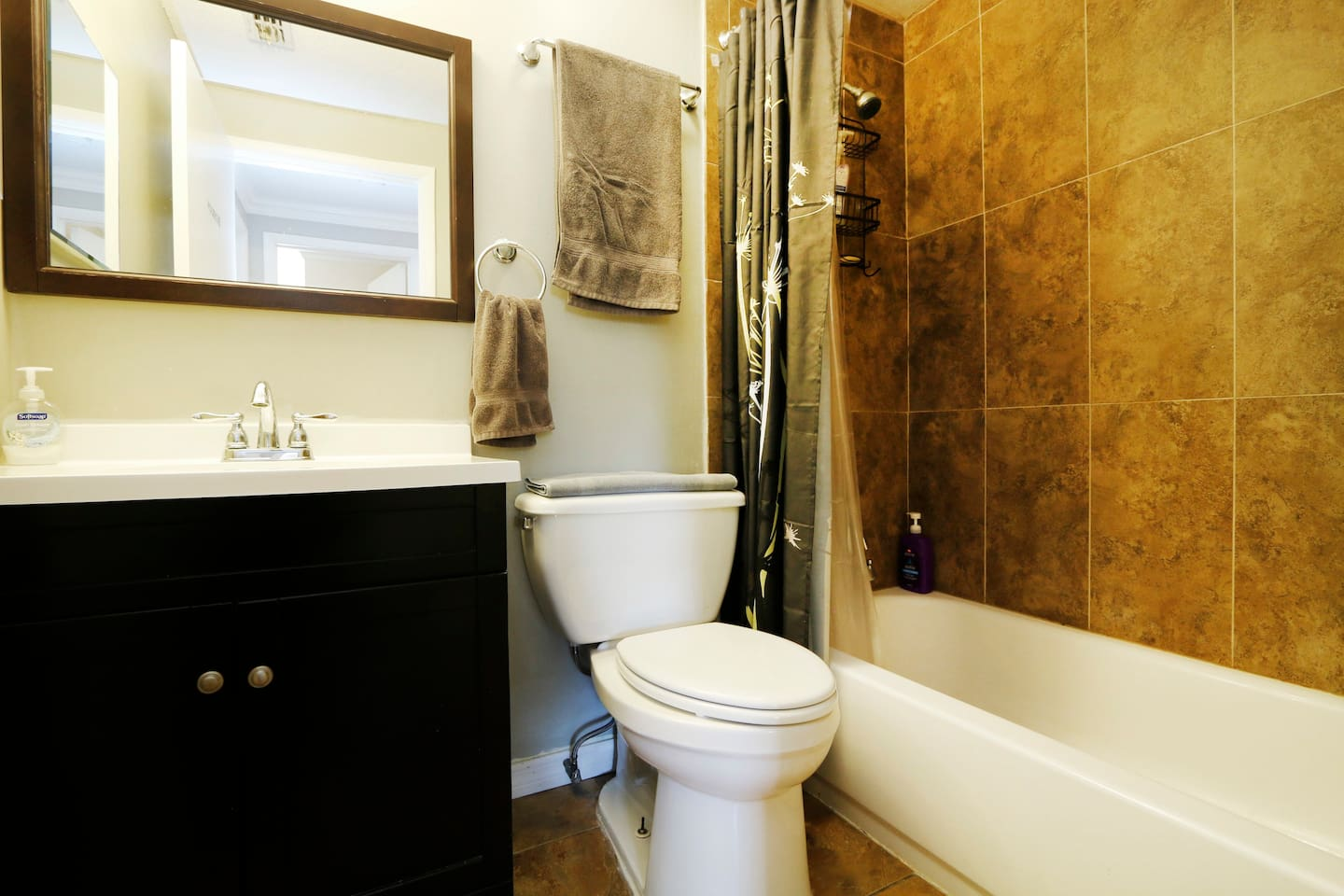 Contemporary main bathroom shared by bedrooms #2 and #3