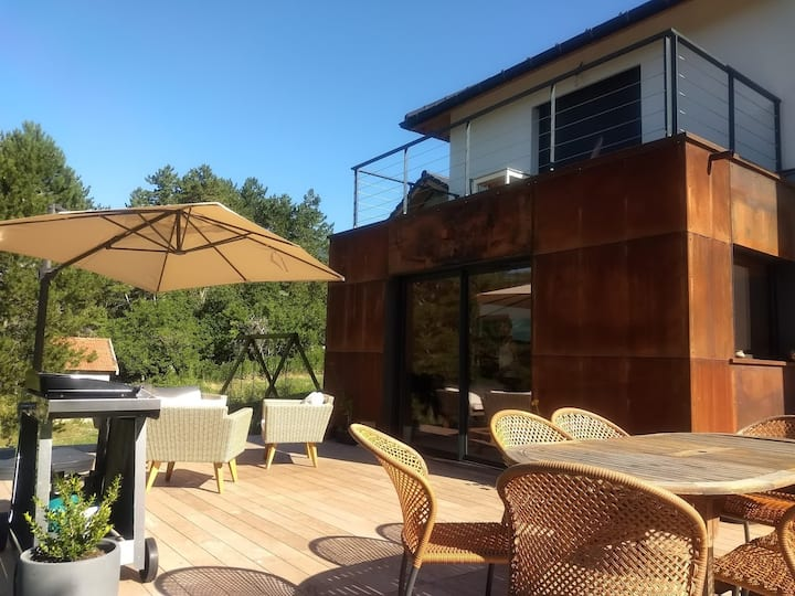 Maison neuve avec grande terrasse et terrain