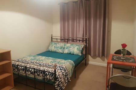 Bright spacious double room with garden view. - Reading
