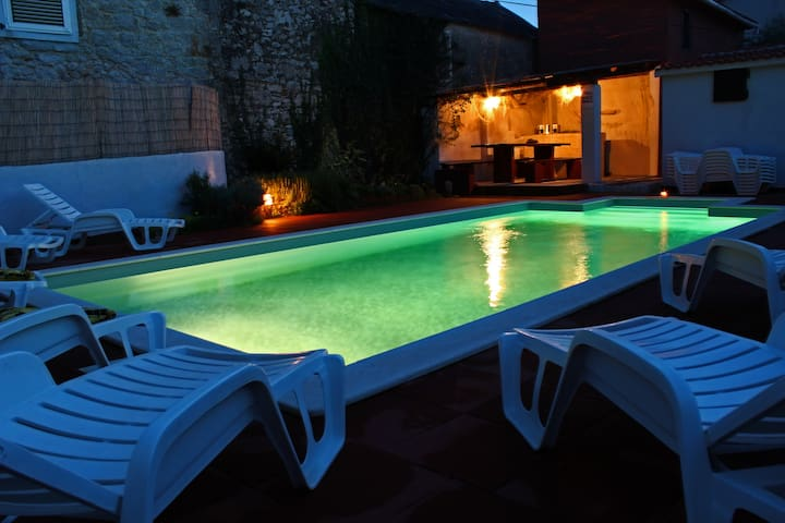 Villa with heated pool for 7-14 people - Privlaka - Hus