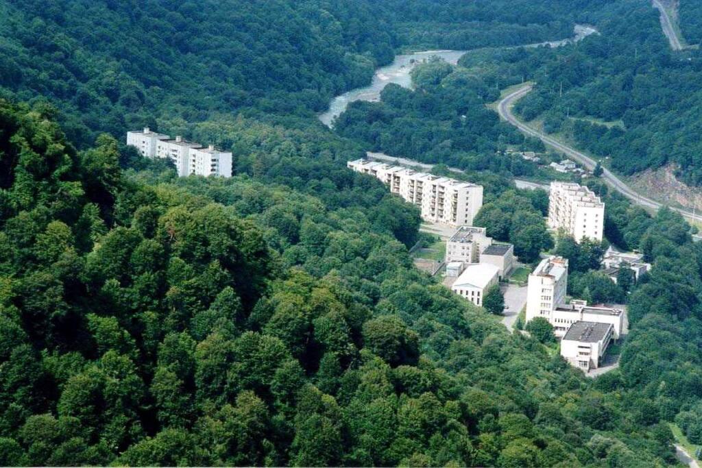 В самом поселке 4 многоэтажных дома.