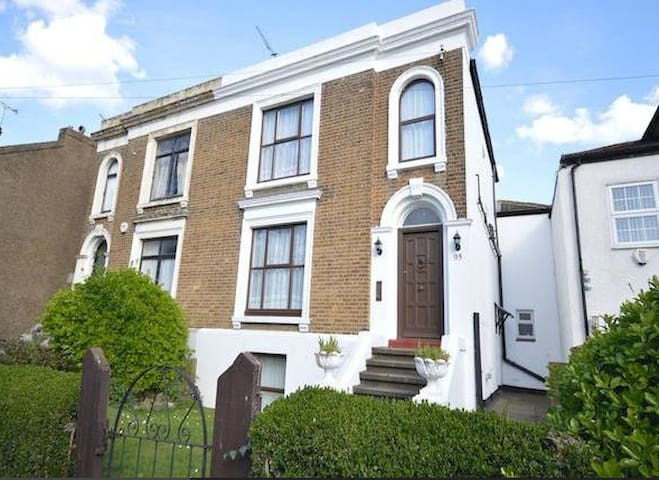 cosy 1 bed flat 5 min to station