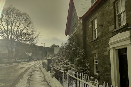 A cosy room with street view. - Aberfeldy