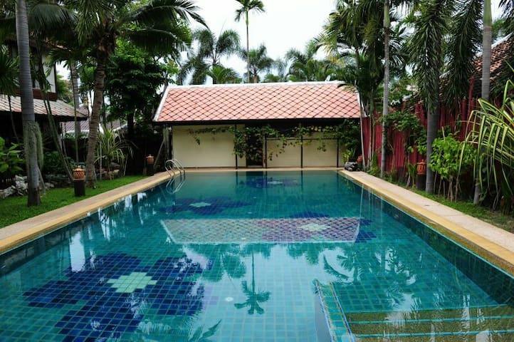 市中心豪华别墅,五个房间,私人大泳池,交通便利,离海二百米,免费早餐 - Muang Pattaya - Casa