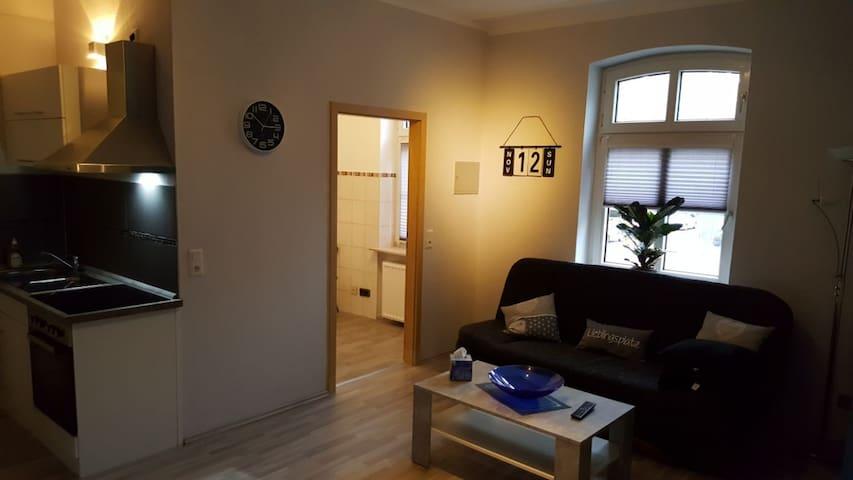 Wohnzimmer mit Blick auf Badezimmertür