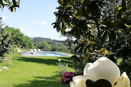 Détente à la campagne, avec vue, jardin et piscine