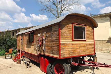 Original Zirkuswagen beim Donauradweg