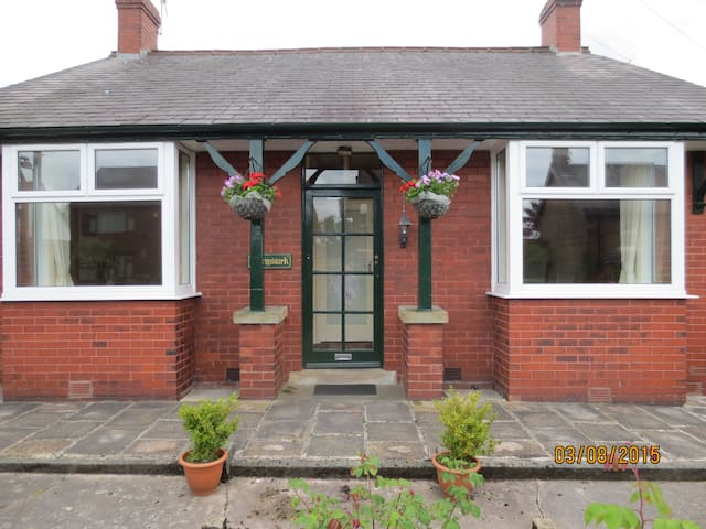 Burnswark Cottage,a 1920's detached bungalow - Hadfield - Bungalov