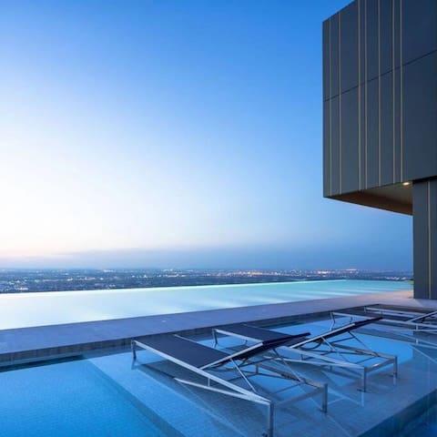 曼谷 60层空中无边泳池 24小时安保 ins风房间 无敌夜景 河畔 阳台河景房 度假打卡 送接机