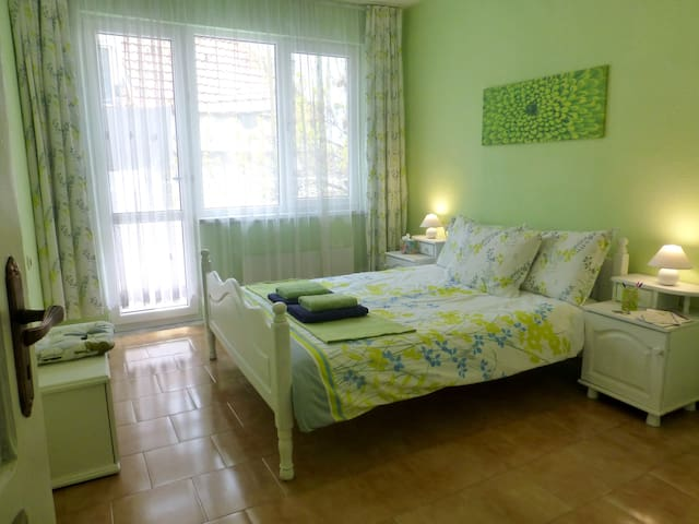 Large Bright Room in Quiet Center of Town - Varna - Apartamento
