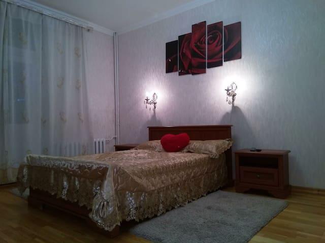 Кровать в спальне.