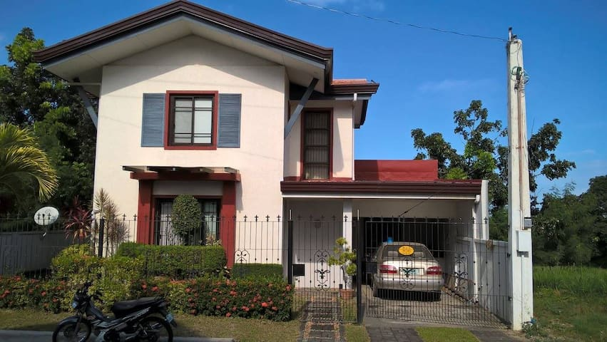 Doll House-3 beds/3 toilets - City of Balanga - Huis