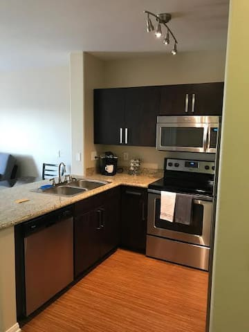 Modern 1BR in Heart of Little Italy! w/ Parking - San Diego - Apartment