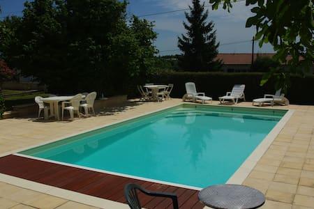 LA MAISON VERTE avec piscine privée de 2 à 6 pers. - Saintes - Dom