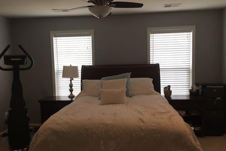 Master bedroom with private bath - Aldie - Complexo de Casas