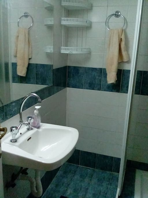 bathroom - μπάνιο