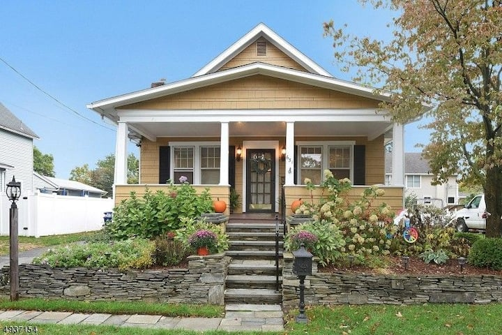 Charming  Bungalow in the Burbs...close to NYC