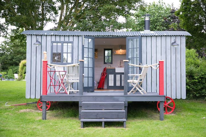 Beautiful Shepherds Hut with Pool in Hampshire