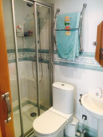 Este es el baño de la habitación pequeña, con water, lavabo y ducha.