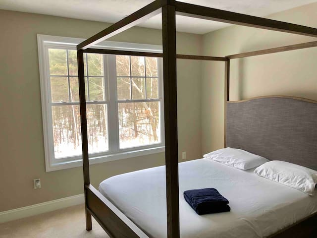 Winter wonderland-QUEEN CANOPY BED in 4br colonial
