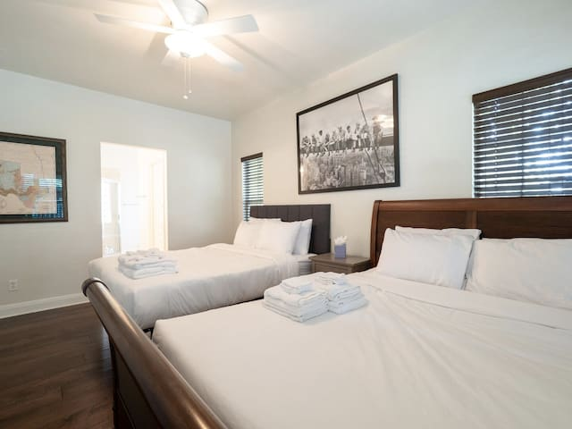 Luxury Art Suite Style 2Bed in the Heart of Gulch