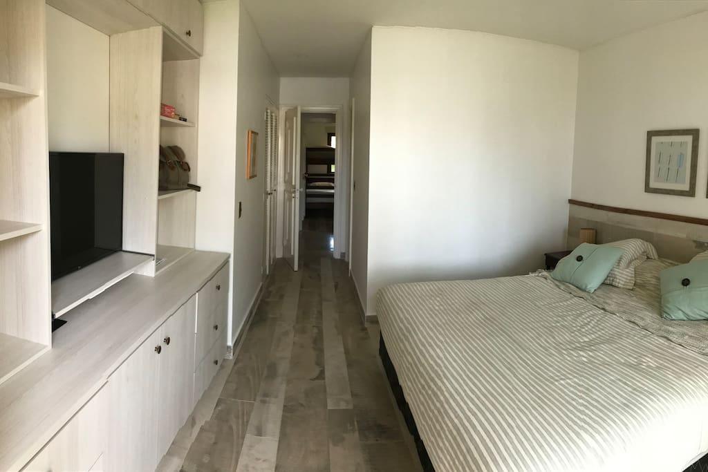 2 pantallas planas con TV cable. Todos los dormitorios con pisos de porcelanato
