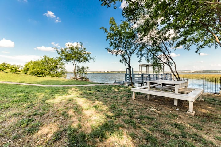LAKEFRONT,KAYAK,DFW CENTRAL, GAS GRILL, SANITIZE.