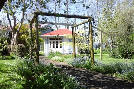 Self-contained historical garden retreat - Kaponga