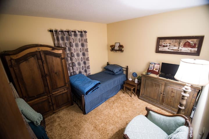 Welcome Home-A Private Bedroom Central Fort Wayne - Форт-Уэйн - Дом