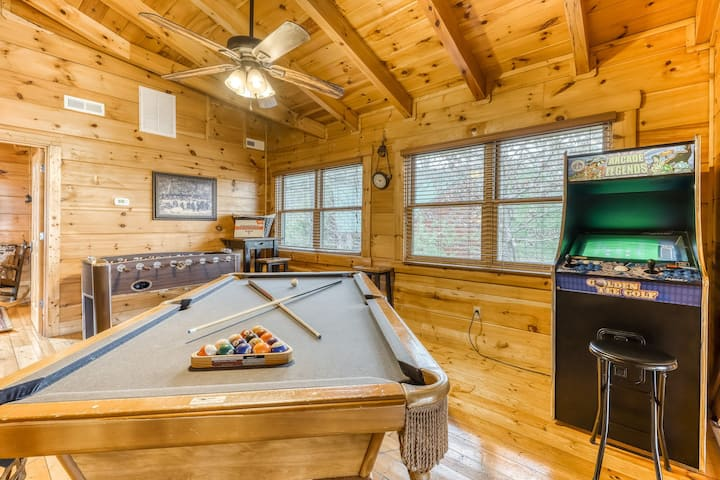 Dog-friendly cabin w/ a private hot tub, community pool, & activities galore!