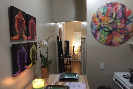 """ZEN"" Venice Beach studio. One block to Ocean!"