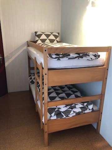 OG: Kleines Schlafzimmer 3 mit Kajütenbett