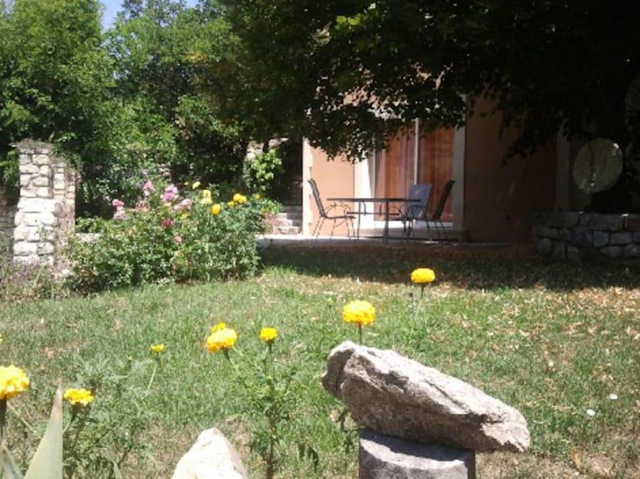 façade Sud vue panoramique sur montagne et chataignier terrasse et jardin