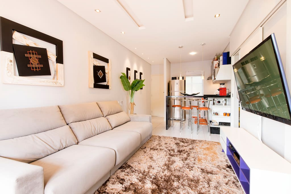 Sala Estar integrada com cozinha, TV 60 polegadas e TV a Cabo NET