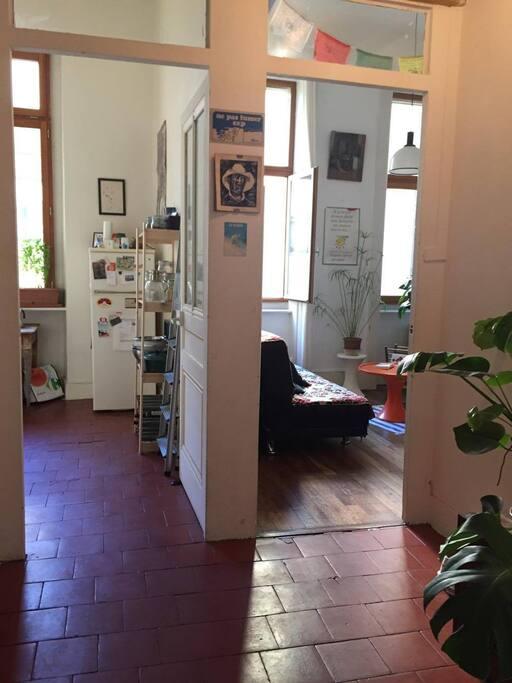 L'entrée avec cuisine et salon