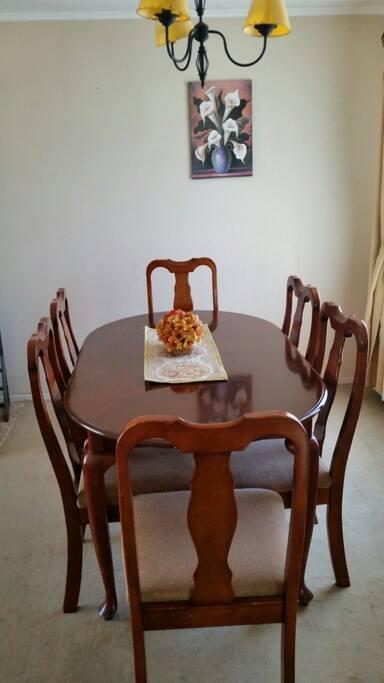 Comedor extendido con seis silas pero donde caben cómodamente 8 y hasta 10 personas