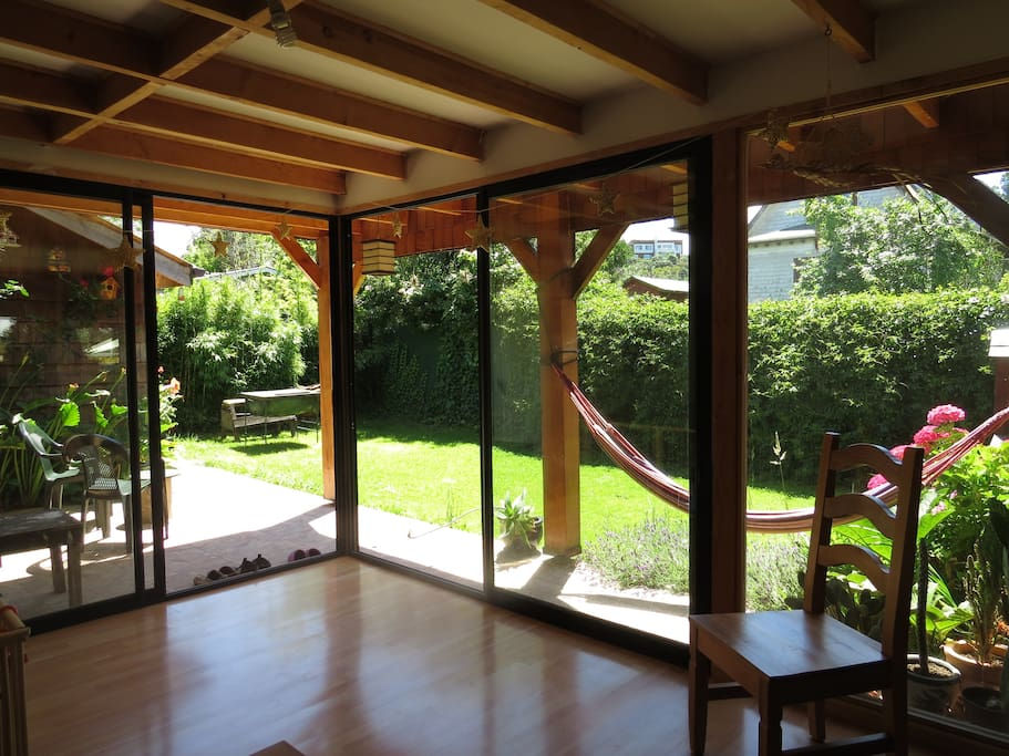 Wohnzimmer mit Blick in den Garten