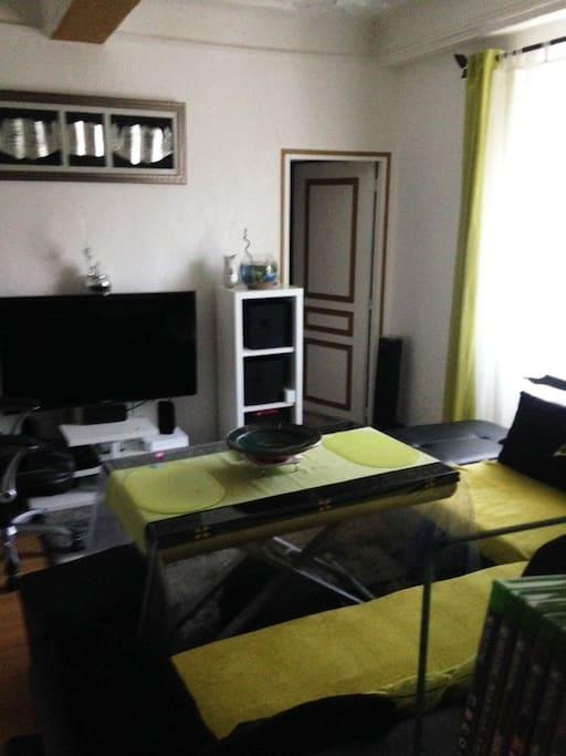 Salle avec télévision
