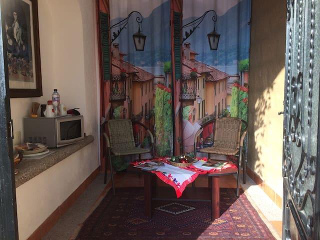 Pequeña estancia privada con mesa, sillas, cafetera y horno de microondas.