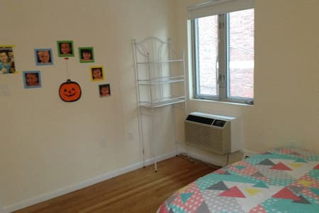 Bedroom in a 2 bed town house at a nice location! - Brookline - Huis
