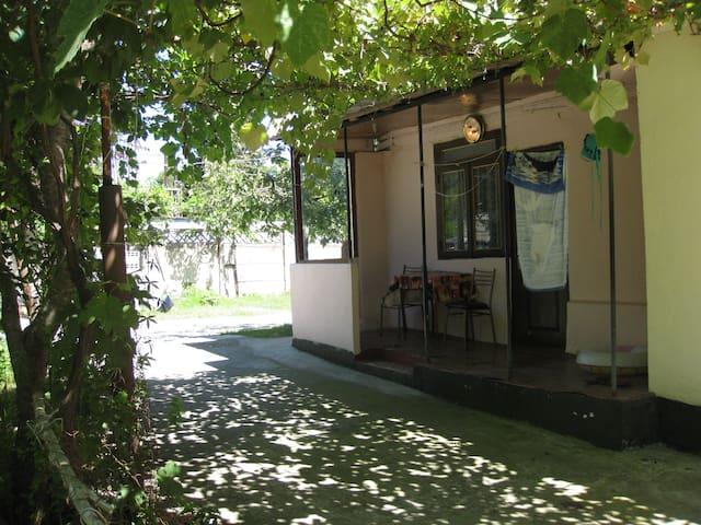 Квартира-студия в центре Пицунды.