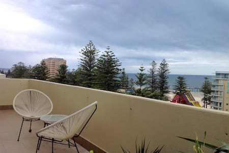 Beachside Penthouse with views! - Glenelg