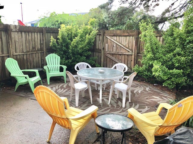 Fenced, Private back yard has a small charcoal grill & beach chairs. Outdoor shower with cold & hot water... handy after a day at the beach!