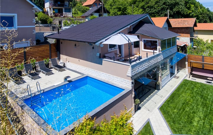 Beautiful home in Novi Marof with Outdoor swimming pool, Sauna and 3 Bedrooms