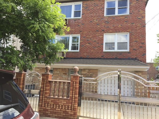 One Bedroom Apt. Private House close to Citi Field