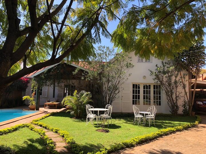 Ch. avec lit double dans villa cozy & piscine